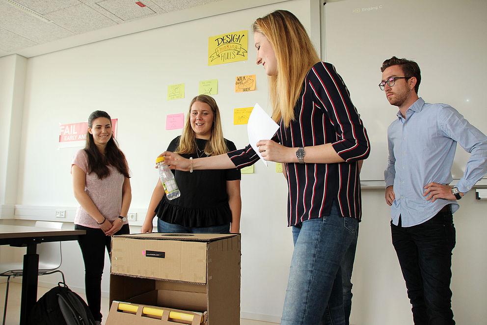 Studierende stellen ihren Prototypen vor