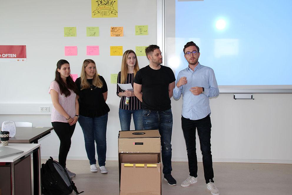 Studierende bei der Präsentation