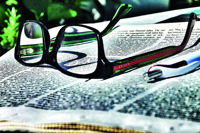 Bild: Brille auf Zeitung