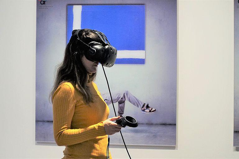 Teilnehmerin mit virtueller Brille, Foto: Universität Passau