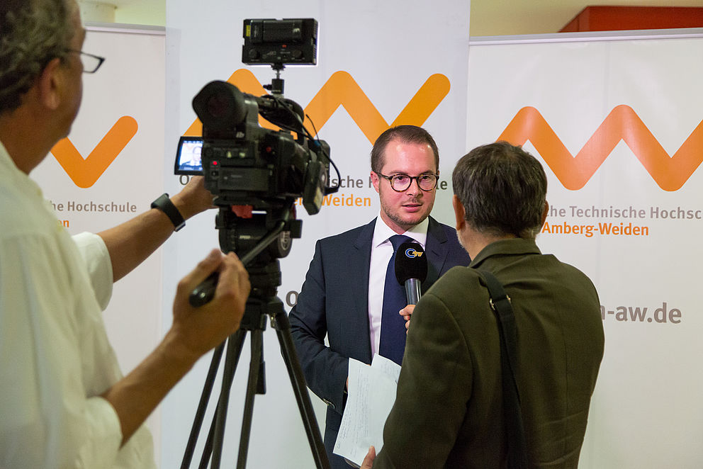 Bild: Prof. Dr. rer. pol. Steffen Hamm vor den Kameras