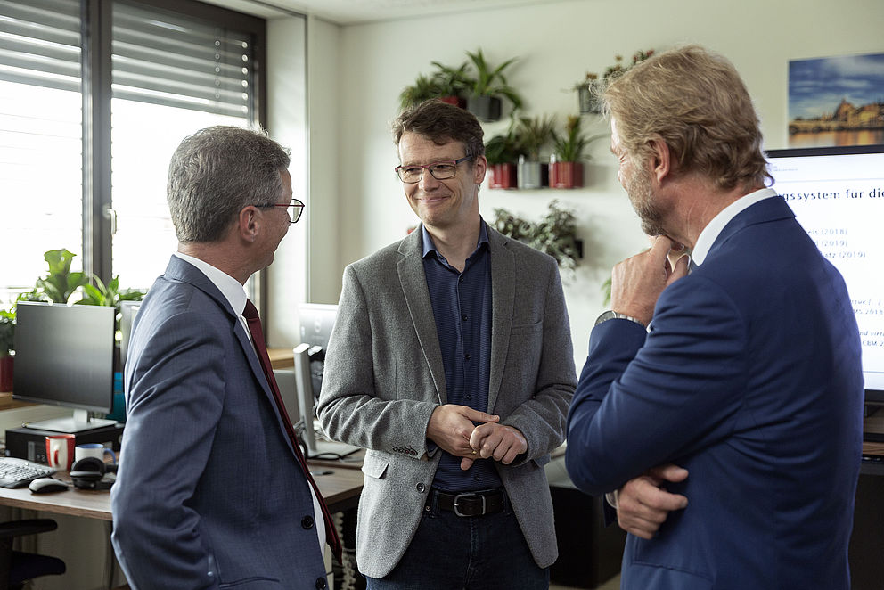 Bild: Wissenschaftsminister Bernd Sibler, Prof. Dr. Christoph Palm (Leiter des ReMIC) und Hochschulpräsident Prof. Dr. Wolfgang Baier