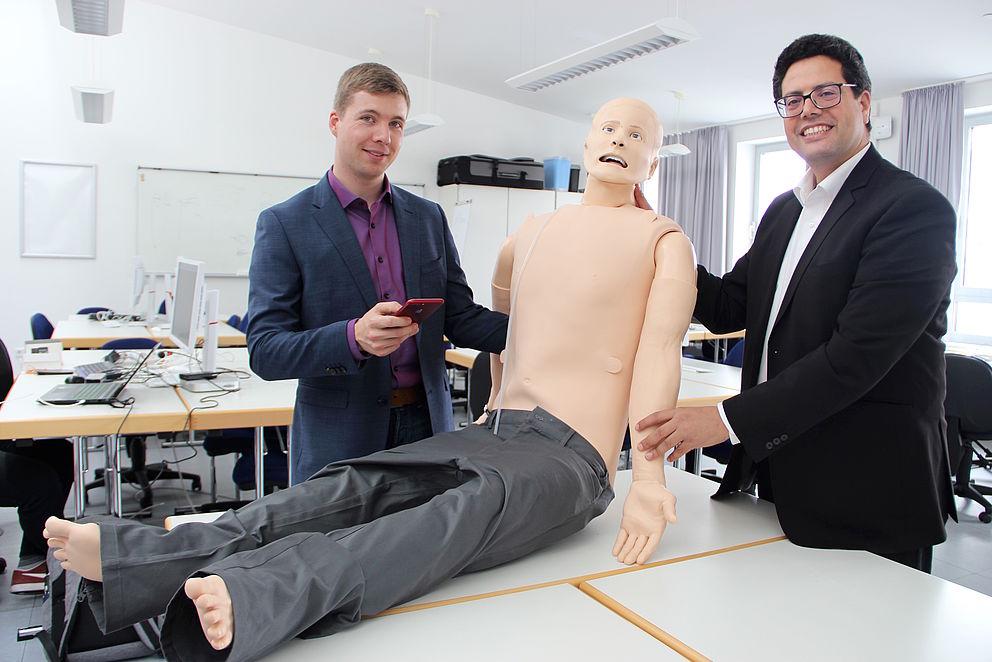 Bil: Prof. Dr. Abdelmajid Khelil (rechts) und Tobias Christian Piller