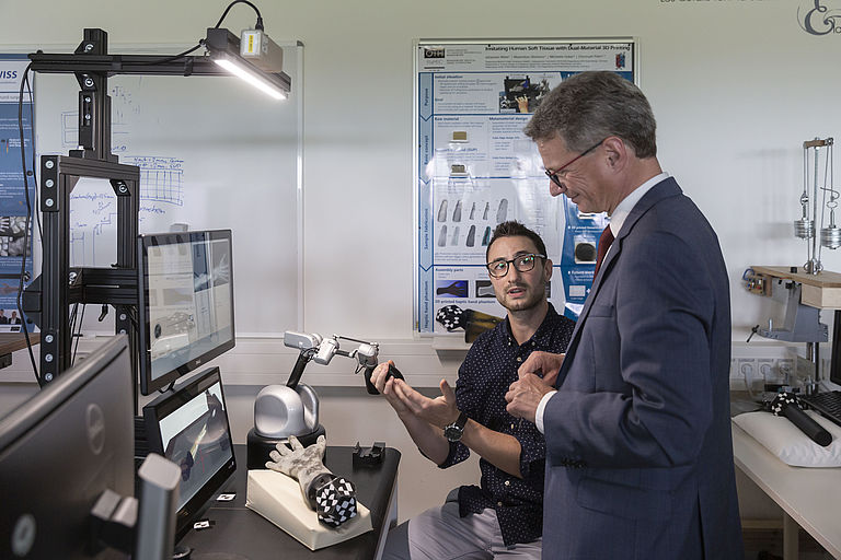 Bild: Doktorand Johannes Meier führt das Projekt HaptiVisT Wissenschaftsminister Bernd Sibler vor. © Florian Hammerich /  OTH Regensburg